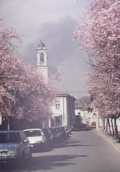 Via Manzoni in un giorno di primavera