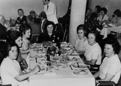 [ Pranzo in occasione del 25. anno di servizio di alcuni lavoratori e lavoratrici: 1969