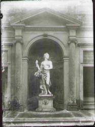Testata architettonica con gruppo scultoreo in nicchia (Aurora) fronte nord del Ninfeo