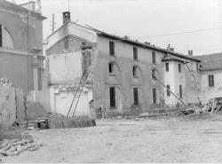 [2]: Cornaredo: abbattimento del cortile del fattore di casa Serbelloni