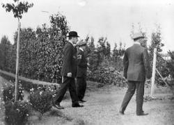 Il principino Aimone con il generale Medici e Francesco Dubini nel giardino della villa