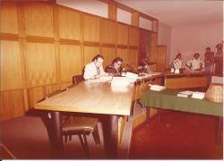 Amministrazione Cassanmagnago 1980-1981: Insediameno del Consiglio Comunale: Cassanmagnago e Berrettini intenti alla lettura 1