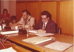 Eugenio Cassanmagnago (1924-2014), sindaco di Cormano, con il segretario comunale Gianluigi Berrettini, seduti al tavolo di Giunta, intenti nella lettura 2