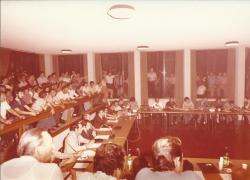 Amministrazione Cassanmagnago 1980-1981: Insediameno del Consiglio Comunale: aula consigliare gremita, in seduta plenaria 1