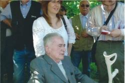 Eugenio Cassanmagnago (1924-2014) a mezza figura di tre quarti, seduto, al parco di Villa La Gioiosa