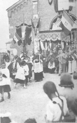 [Mazzo 1940]: Ingresso parrocchiale: Don Pietro Fumagalli in processione. Paramento esterno della Chiesa