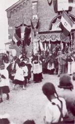 [Mazzo 1940]: Ingresso parrocchiale: Don Pietro Fumagalli : paramento esterno della chiesa 2
