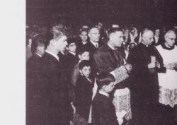 [Mazzo 1956]: Mons. Pignedoli ascolta una bambina si vedono Mons. Maggiolini, Il parroco, il Sindaco Comm. Pellegrini)