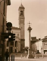 Piazza San Vittore: Chiesa di San Vittore e campanile con colonna della peste in primo piano