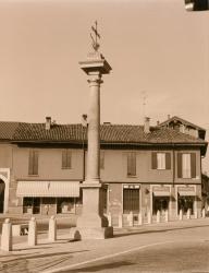 Piazza San Vittore: in primo piano la Colonna della Peste, un piccolo pezzo di piazza, edifici